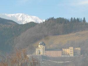 Монастырь и гора Зец. Фото: Елена Арсениевич, CC BY-SA 3.0