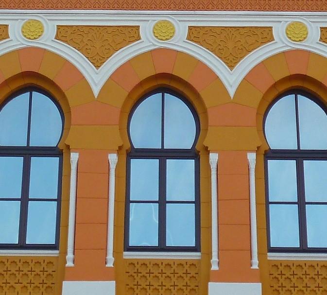 Окна на третьем этаже центрального фасада. Фото: Елена Арсениевич, CC BY-SA 3.0