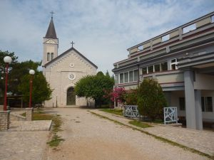 Церковь и культурно-пасторальный центр. Фото: Елена Арсениевич, CC BY-SA 3.0