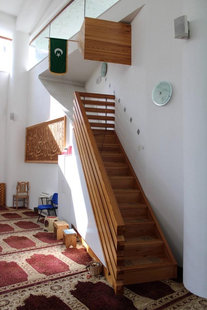 Минбар (лестница для проповедей) может быть и таким. Фото: Елена Арсениевич, CC BY-SA 3.0