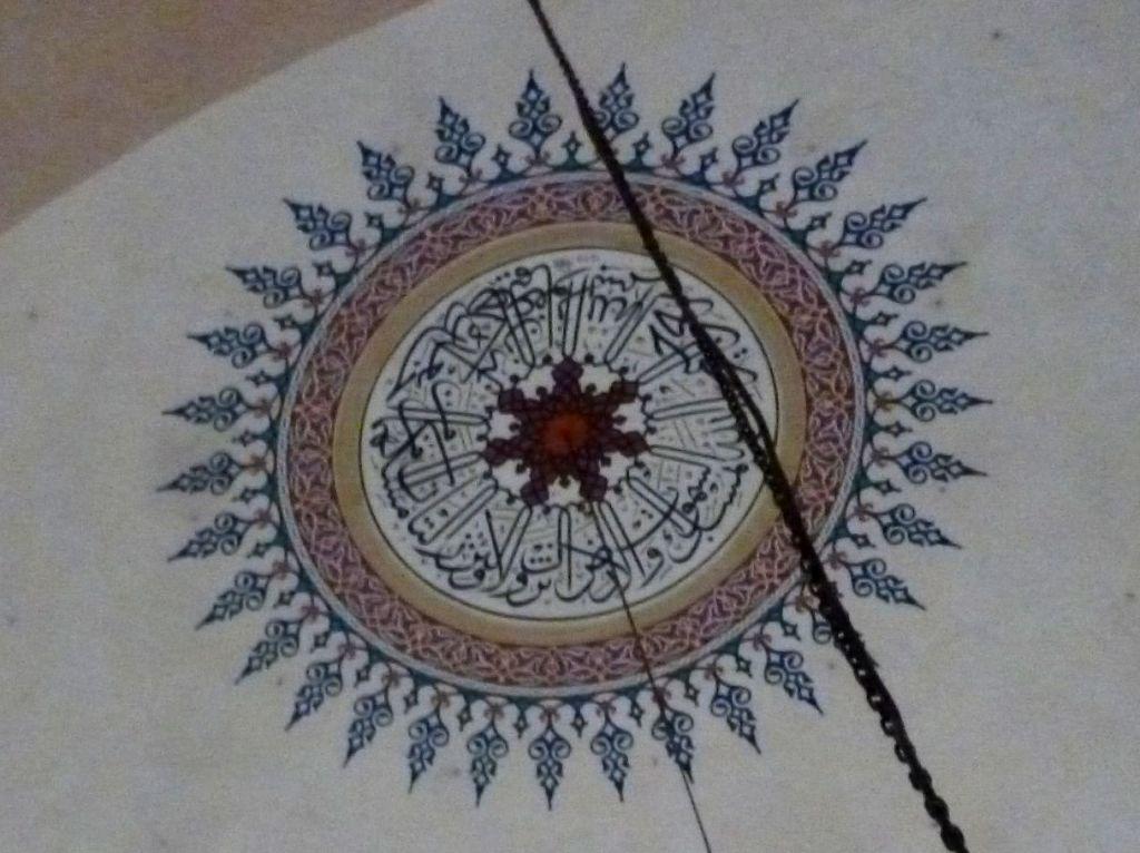 Роспись купола: каллиграфия и орнаменты. Фото: Елена Арсениевич, CC BY-SA 3.0