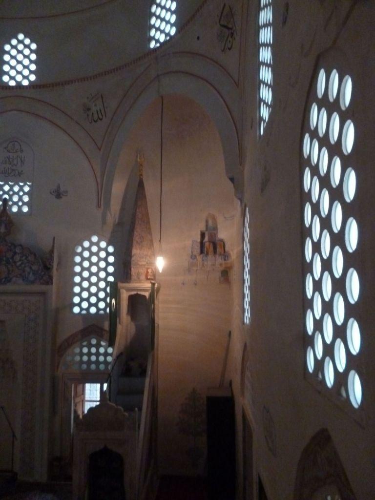 Свет в мечеть проникает через окна с каменными решётками. Фото: Елена Арсениевич, CC BY-SA 3.0