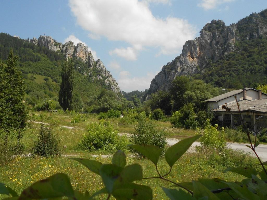 Крепость на скалах слева. Фото: Елена Арсениевич, CC BY-SA 3.0