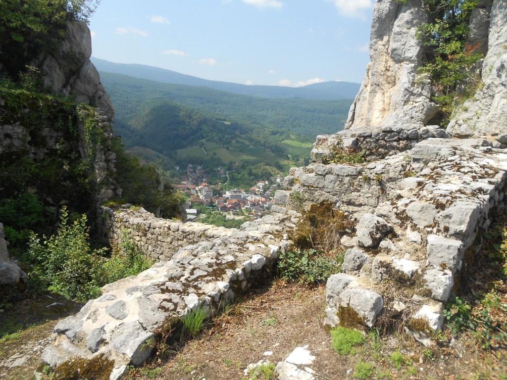 В долине виден городок Ключ. Фото: Елена Арсениевич, CC BY-SA 3.0