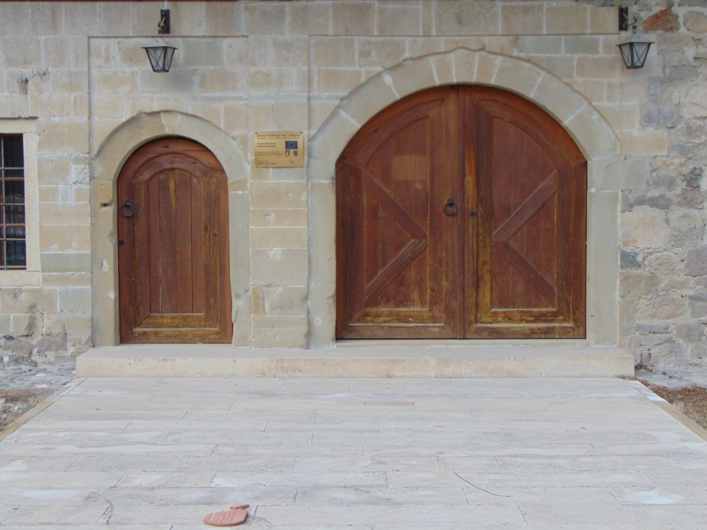 Дверь большая и маленькая. Фото: Елена Арсениевич, CC BY-SA 3.0