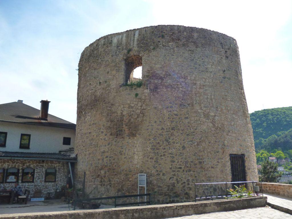 Отверстие вверху не окно, а вход, через который в башню попадали её защитники. Фото: Елена Арсениевич, CC BY-SA 3.0