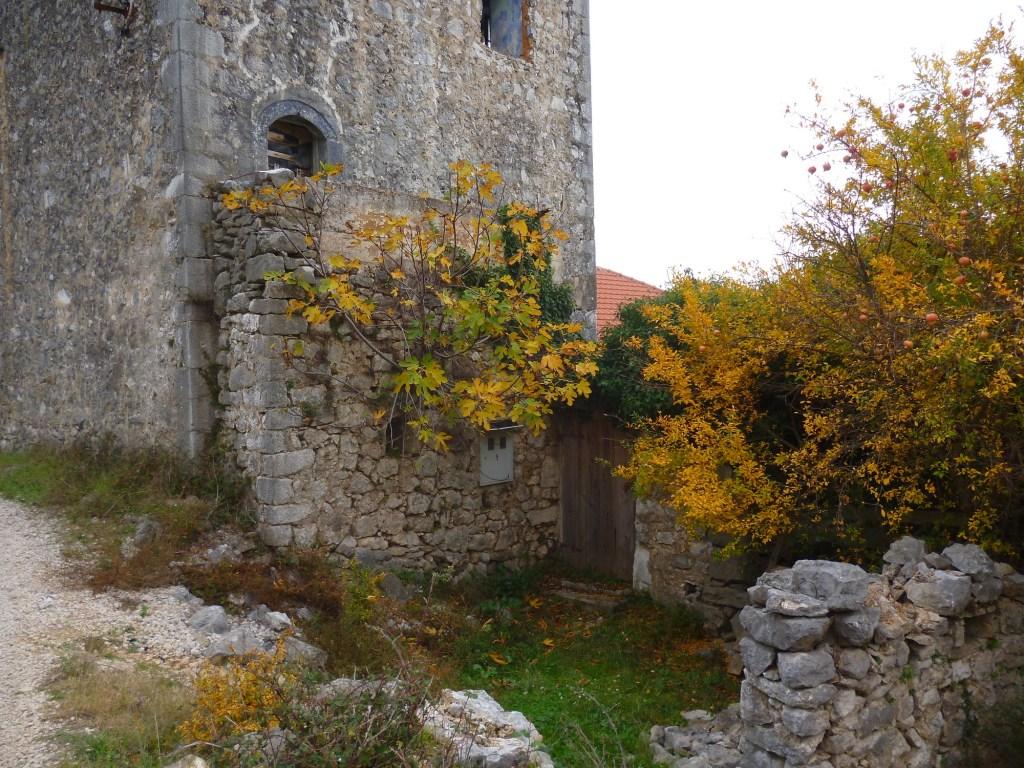 Вход во двор и вход в башню. Фото: Елена Арсениевич, CC BY-SA 3.0
