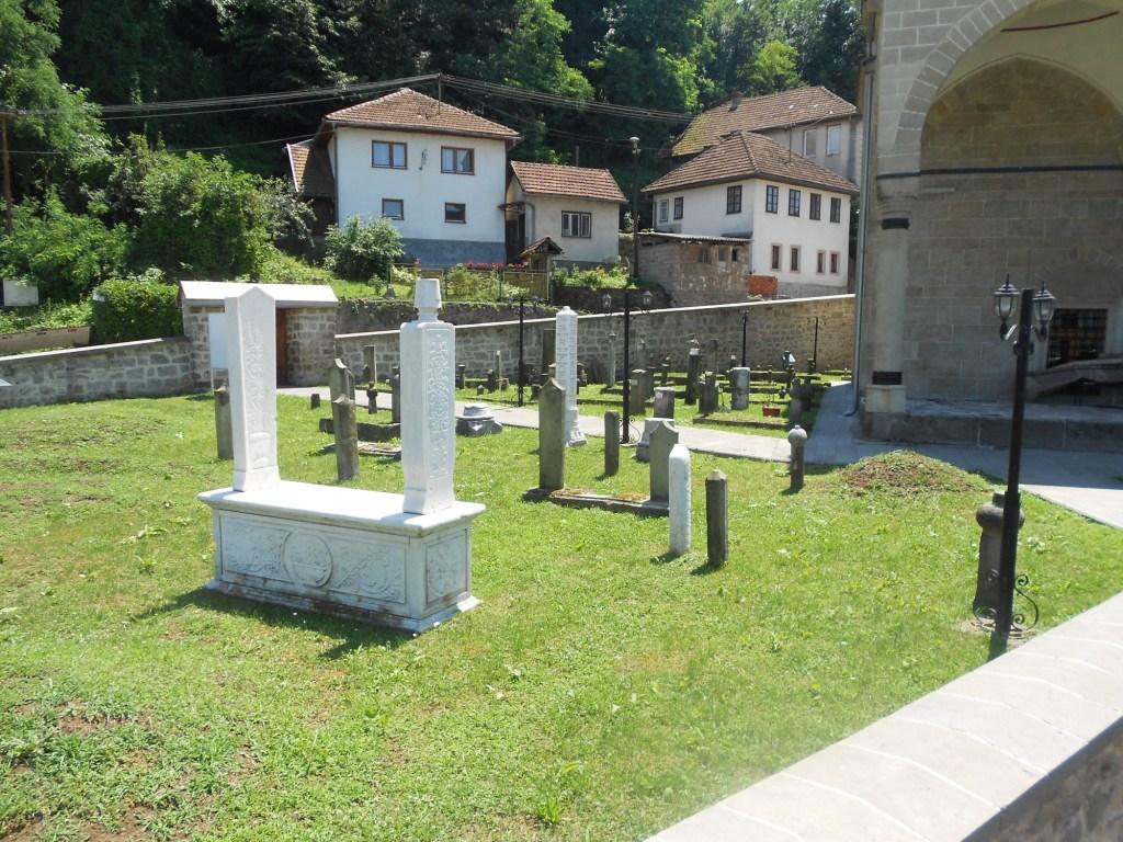 Надгробные памятники во дворе мечети. Фото: Елена Арсениевич, CC BY-SA 3.0