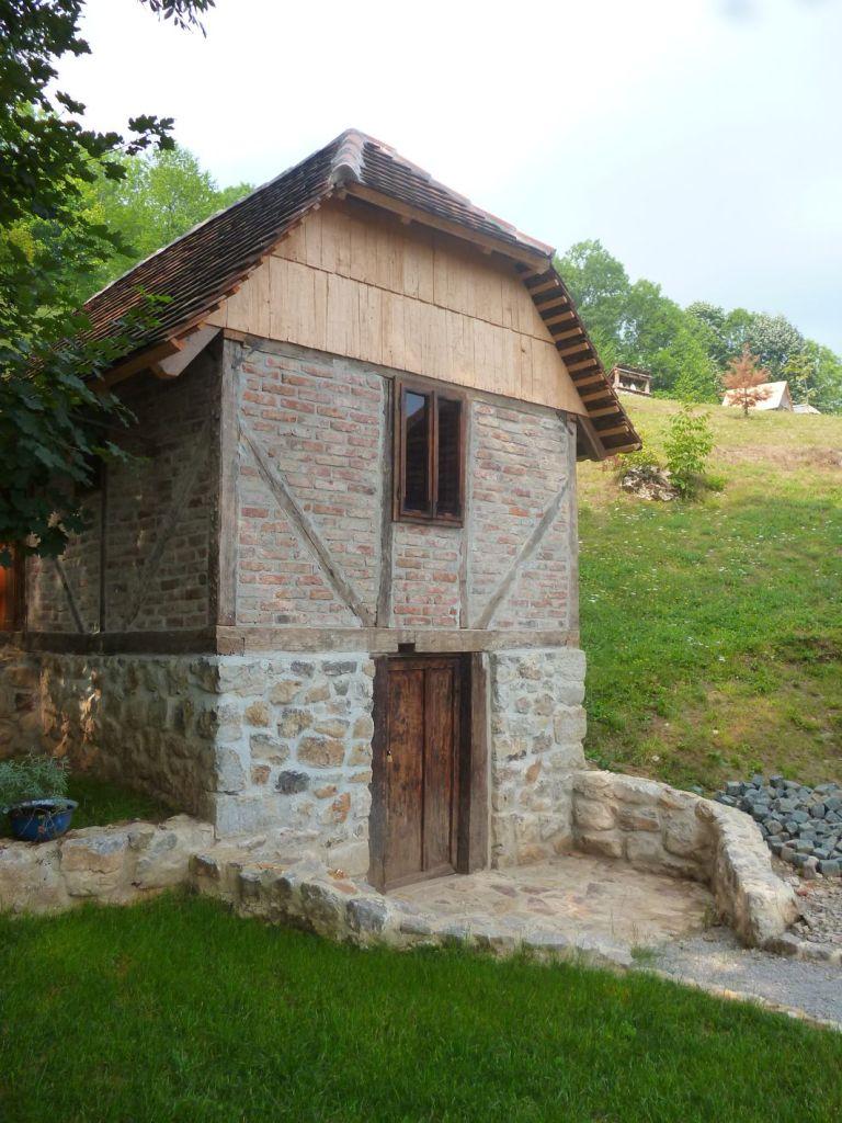 Пример каменно-кирпичного сельского дома. Фото: Елена Арсениевич, CC BY-SA 3.0