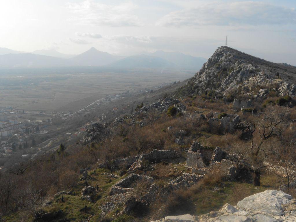 Развалины рядом с крепостью. Фото: Елена Арсениевич, CC BY-SA 3.0