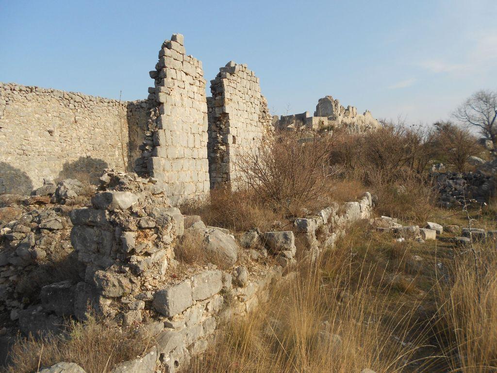 Руины у стен крепости. Фото: Елена Арсениевич, CC BY-SA 3.0