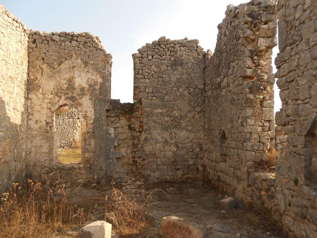 Остатки мечети рядом с крепостью. Фото: Елена Арсениевич, CC BY-SA 3.0