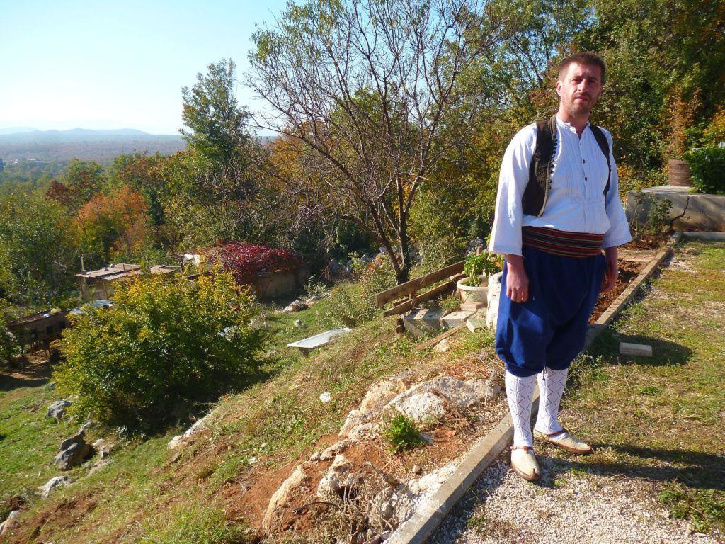Анте Лубурич, организатор фольклорного фестиваля, в традиционной одежде и опанках. Фото: Елена Арсениевич, CC BY-SA 3.0