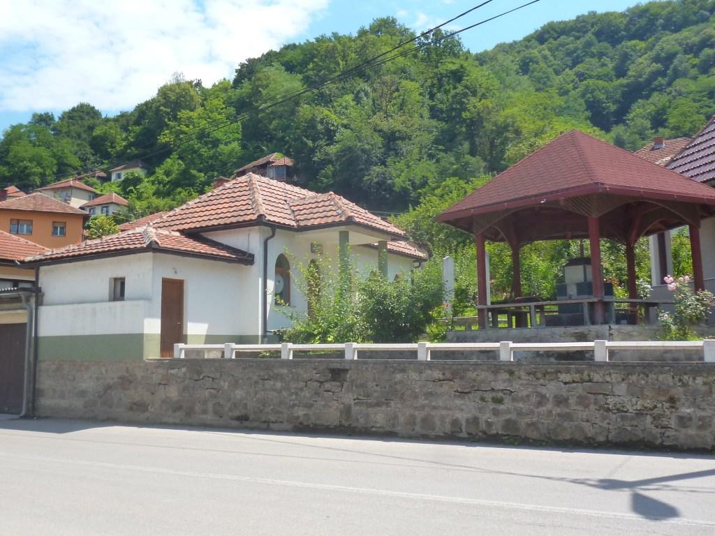 Шадрван (место для ритуального омовения) и дом имама. Фото: Елена Арсениевич, CC BY-SA 3.0