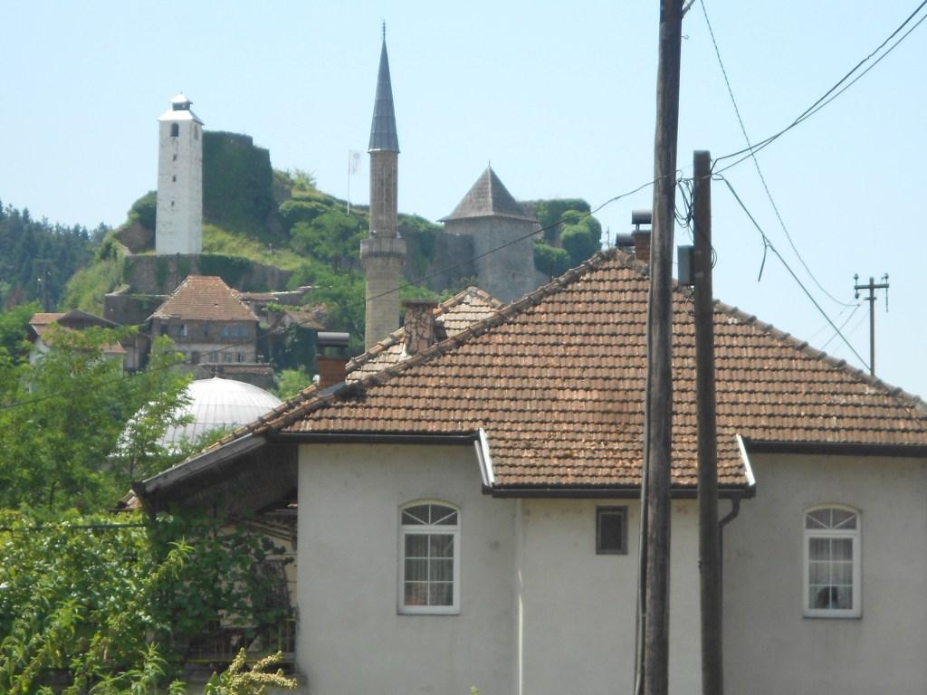 Крепость и часовая башня в Маглае. Фото: Елена Арсениевич, CC BY-SA 3.0