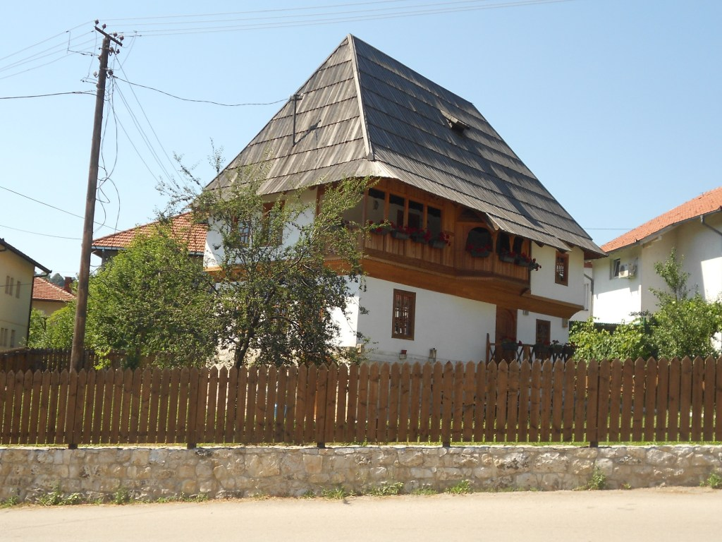 Забор вокруг дома называется тараба. Фото: Елена Арсениевич, CC BY-SA 3.0