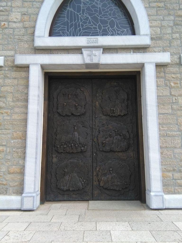 Бронзовые двери с рельефами Илии Скочиубушича. Фото: Елена Арсениевич, CC BY-SA 3.0