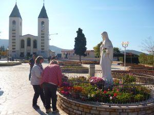 Паломники у статуи Девы Марии. Фото: Елена Арсениевич, CC BY-SA 3.0