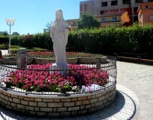 Статуя Девы Марии у церкви. Фото: Ing.Mgr.Jozef Kotulič, CC-BY-SA-3.0