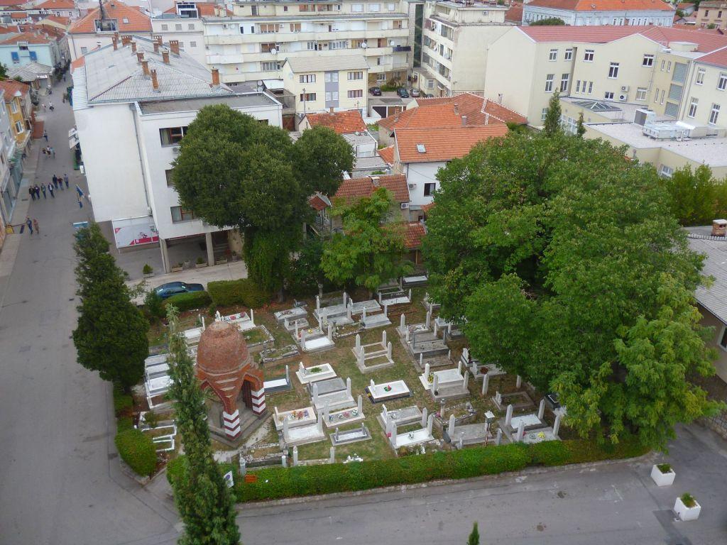Мусульманское кладбище через дорогу от мечети. Фото: Елена Арсениевич, CC BY-SA 3.0