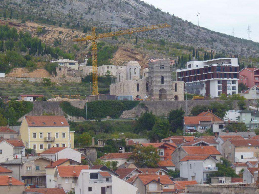 Там, где жёлтый кран, идут работы по восстановлению соборной церкви.. Фото: Елена Арсениевич, CC BY-SA 3.0