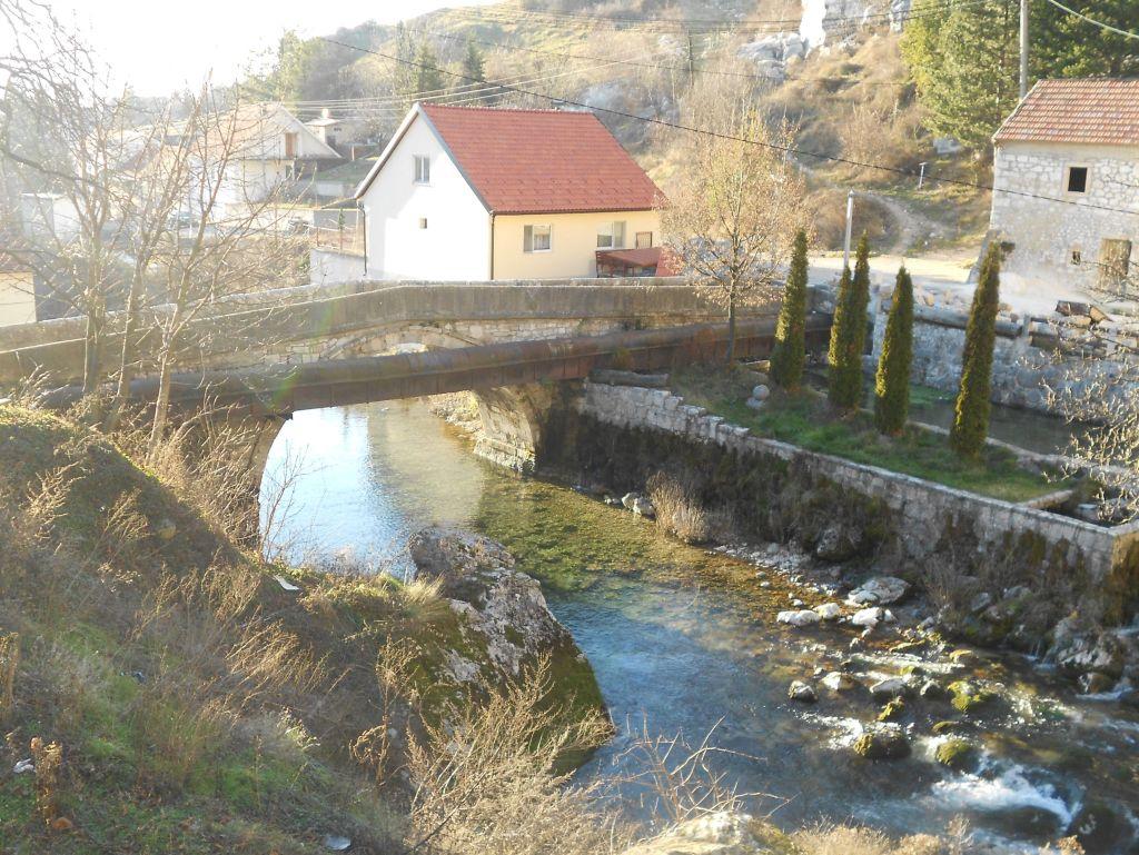 Проведённые несколько десятилетий назад трубы несколько испортили вид моста. Фото: Елена Арсениевич, CC BY-SA 3.0