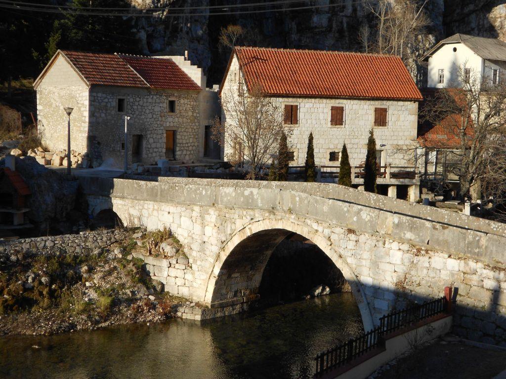 Двухарочный мост османских времён. Фото: Елена Арсениевич, CC BY-SA 3.0