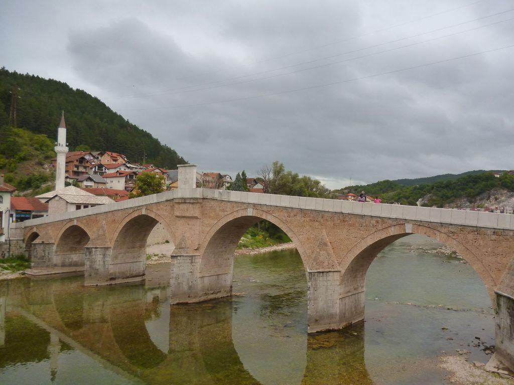 Посреди моста установлена каменная плита с надписью. Фото: Елена Арсениевич, CC BY-SA 3.0