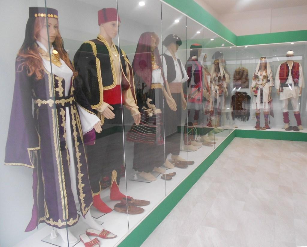 Коллекция традиционных костюмов. Фото: Елена Арсениевич, CC BY-SA 3.0