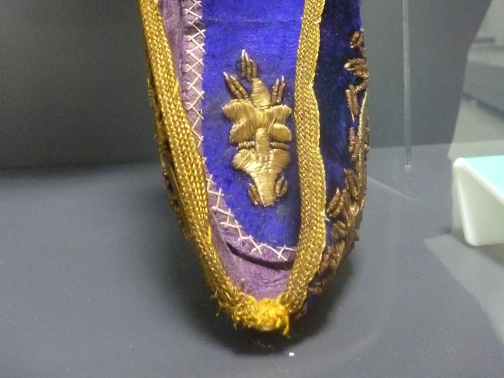 Вышивка внутри обуви. Музей Библиотеки Гази Хусрев-бега. Фото: Елена Арсениевич, CC BY-SA 3.0