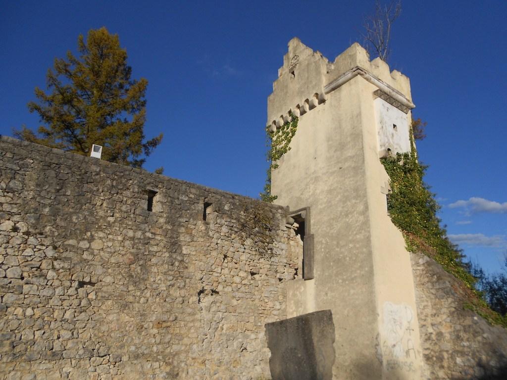 Башенка у входа в замок. Фото: Елена Арсениевич, CC BY-SA 3.0