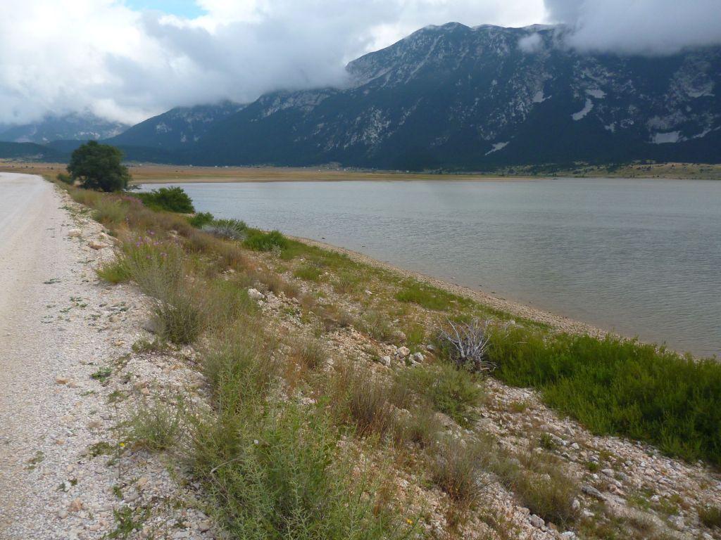 Дорога вдоль озера. Фото: Елена Арсениевич, CC BY-SA 3.0