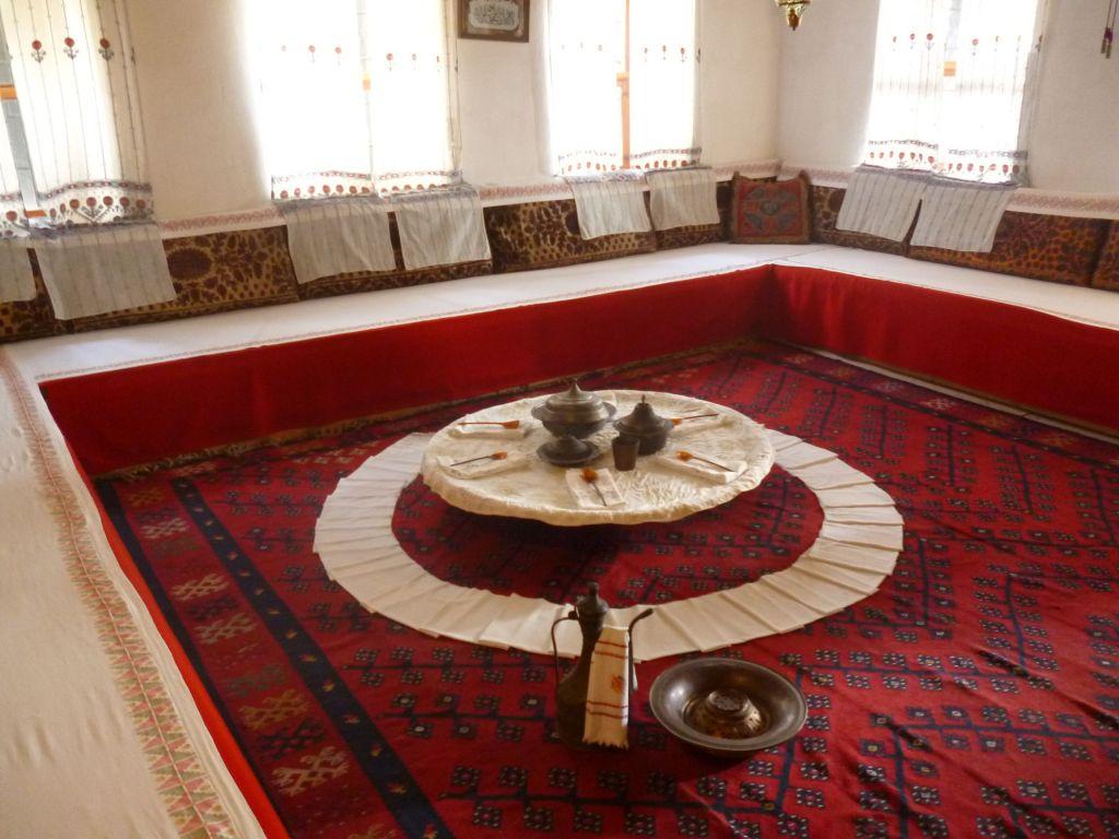 Традиционная сервировка и обязательные леген и ибрик. Дом Сврзо. Сараево. Фото: Елена Арсениевич, CC BY-SA 3.0