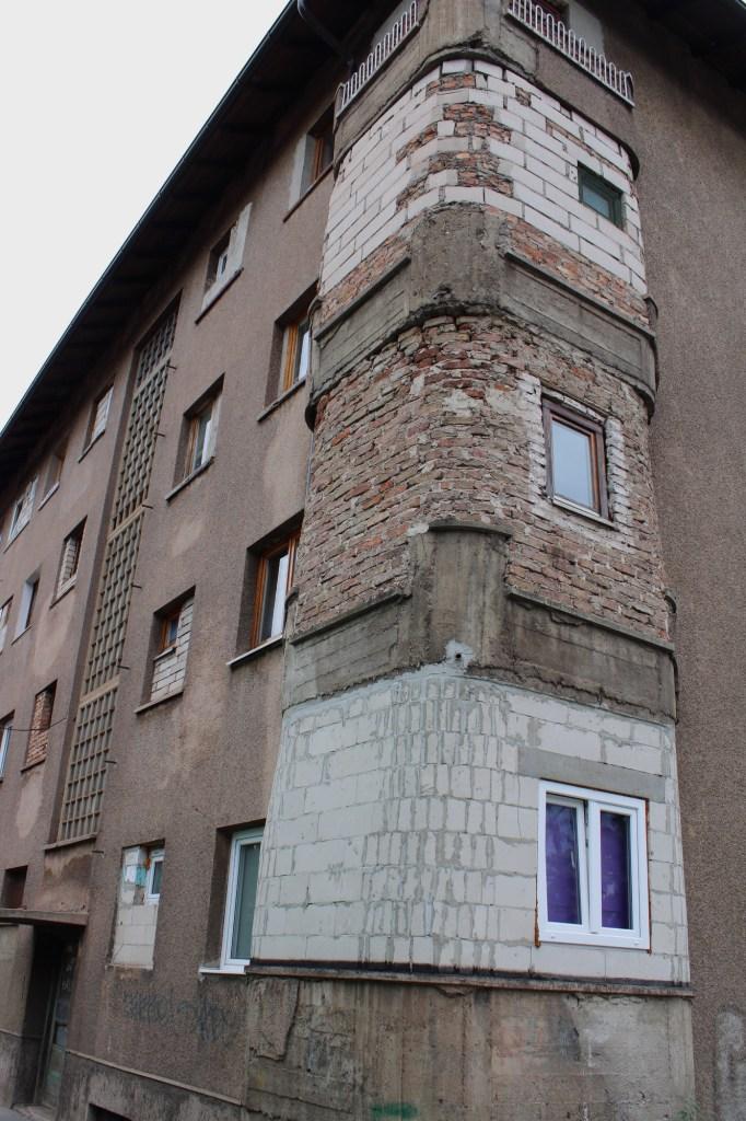 Остекление балконов? Нет, не слышали. (Дом по соседству). Фото: Елена Арсениевич, CC BY-SA 3.0