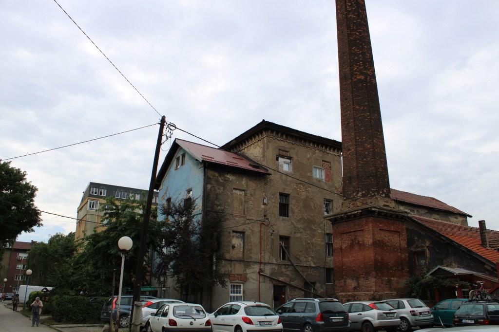 Бывшая бумажная фабрика с трубой. Фото: Елена Арсениевич, CC BY-SA 3.0