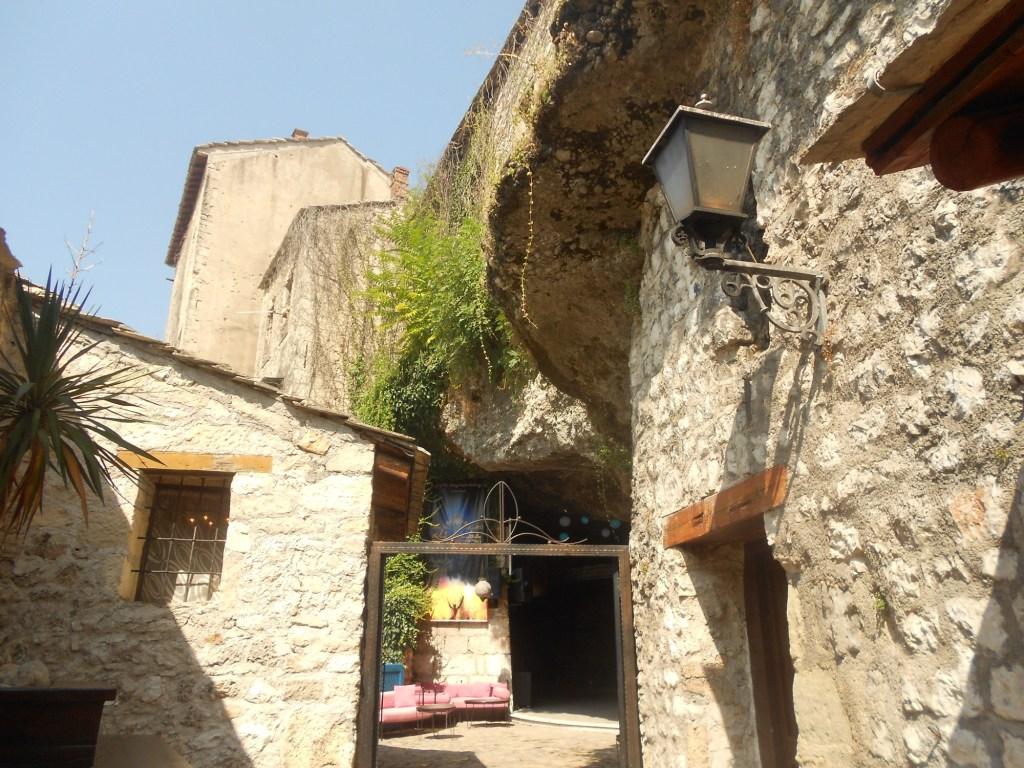 Вход в пещеру с улицы Куюнджилук. Фото: Елена Арсениевич, CC BY-SA 3.0
