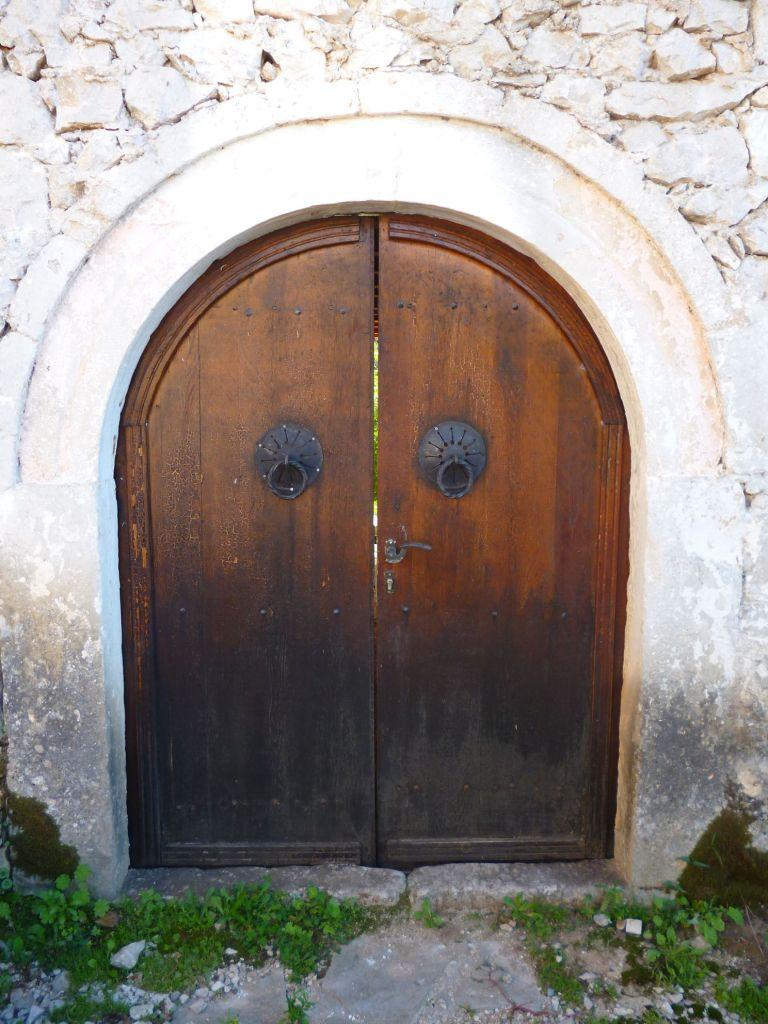 Двери с халками в Почителе. Фото: Елена Арсениевич, CC BY-SA 3.0