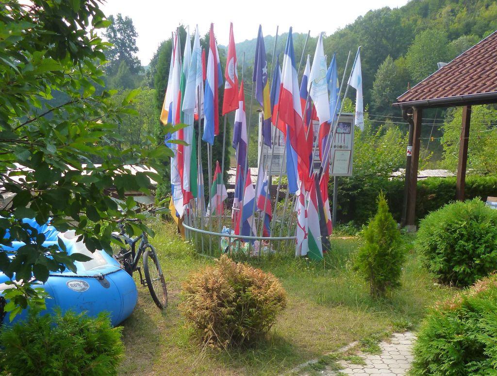 Флаги участников международных соревнований. Фото: Елена Арсениевич, CC BY-SA 3.0