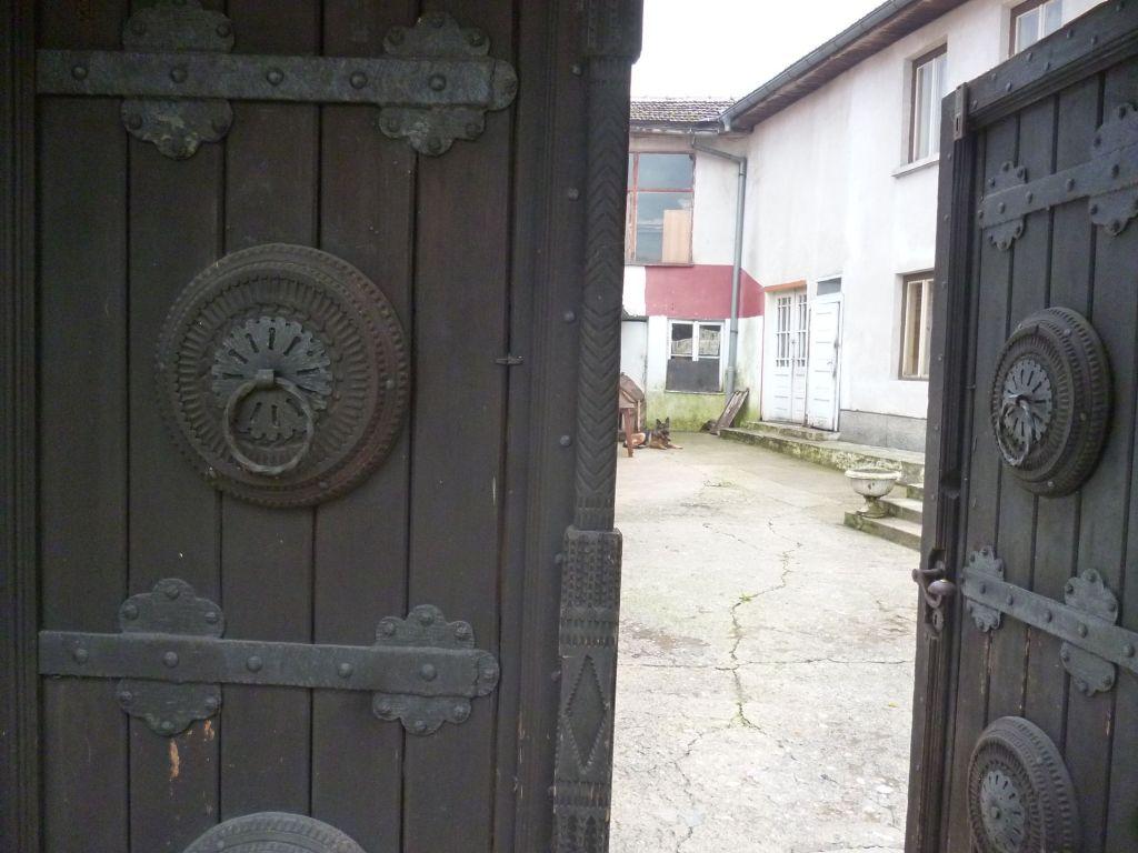 Халка на дверях музея резьбы по дереву в Конице. Фото: Елена Арсениевич, CC BY-SA 3.0