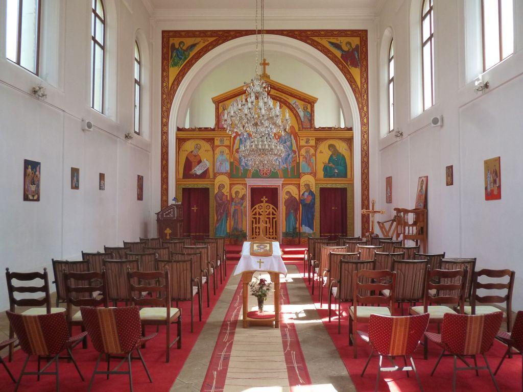 Церковь православная, и обычно стульев там нет. Но в тот день планировался концерт.. Фото: Елена Арсениевич, CC BY-SA 3.0