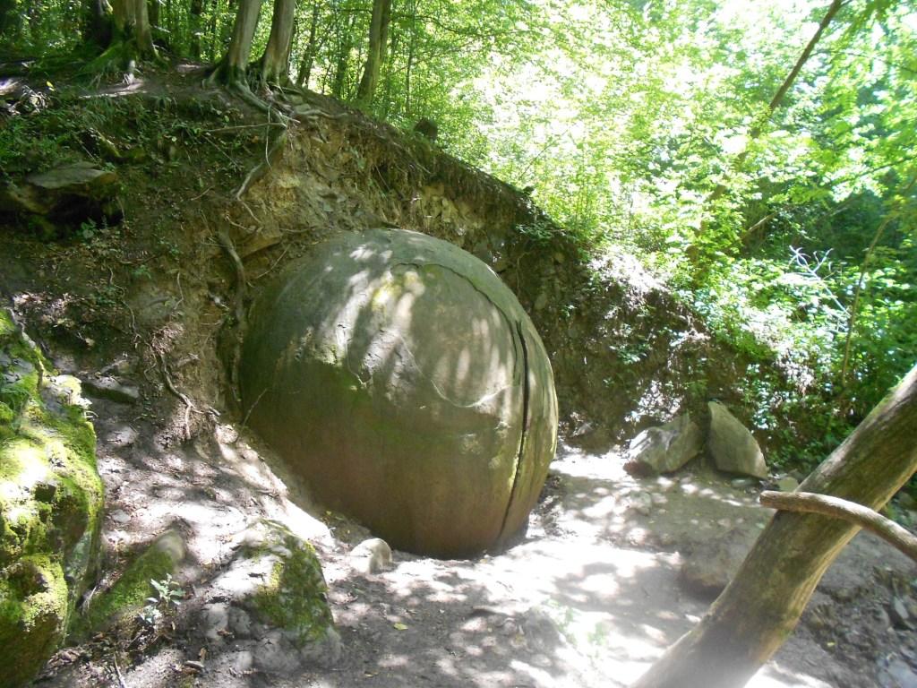 Откопанная часть камня. Фото: Елена Арсениевич, CC BY-SA 3.0