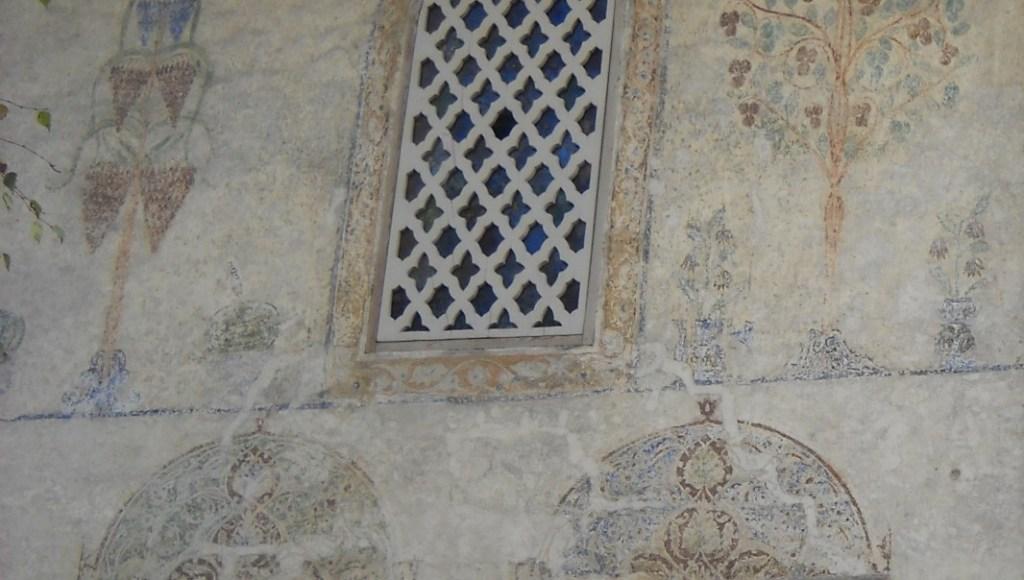 Фрагменты росписей и каменная решётка на окне. Фото: Елена Арсениевич, CC BY-SA 3.0