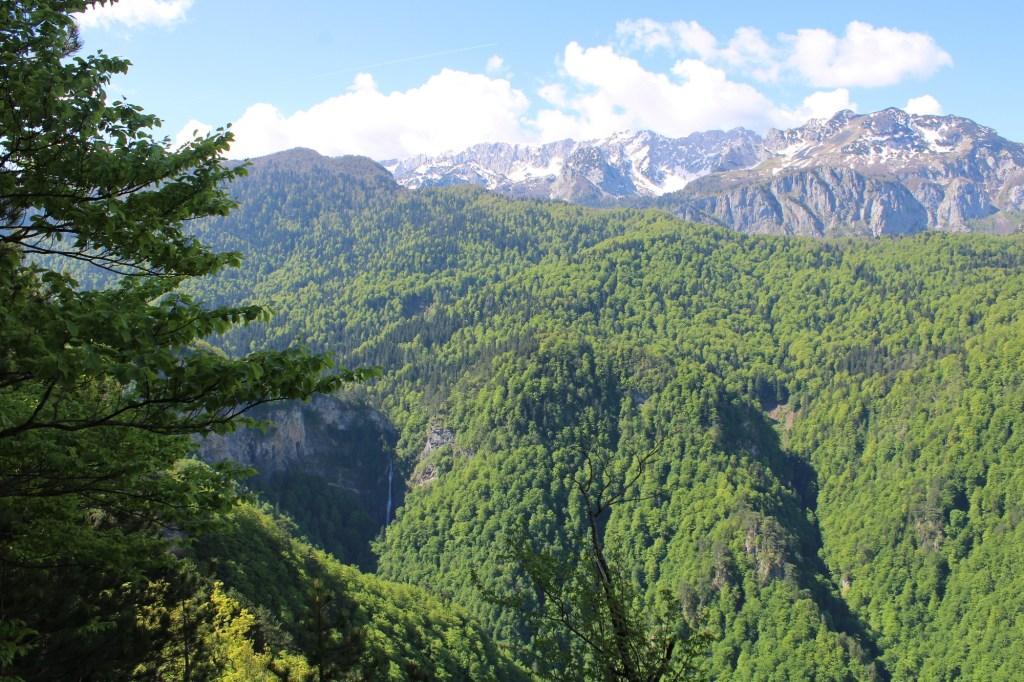 В таком масштабе водопада почти и не видно. Фото: Елена Арсениевич, CC BY-SA 3.0