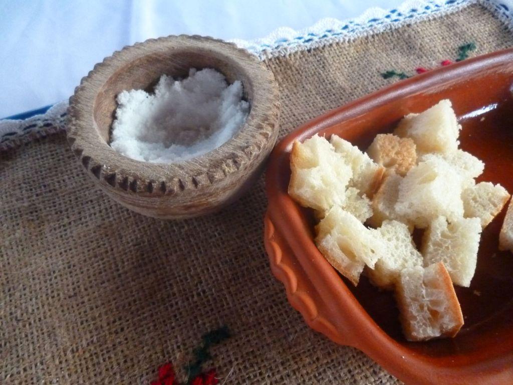 Хлеб и соль, но хлеб - кусочками. Фото: Елена Арсениевич, CC BY-SA 3.0