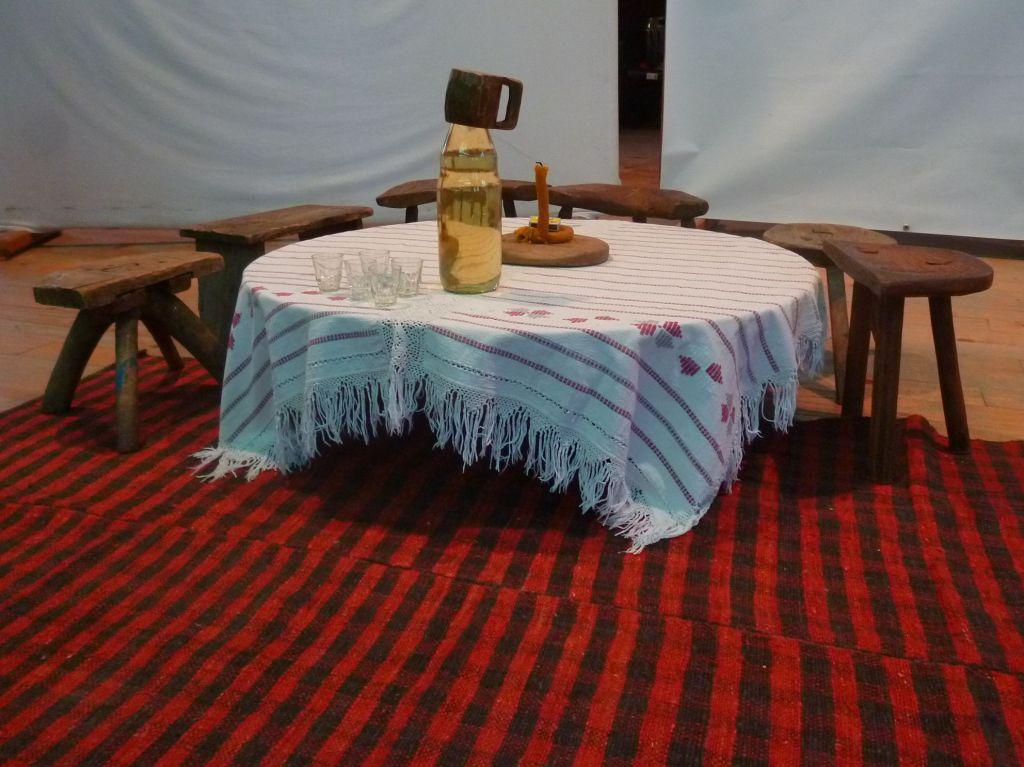 Табуреты вокруг стола-синии. Фото: Елена Арсениевич, CC BY-SA 3.0