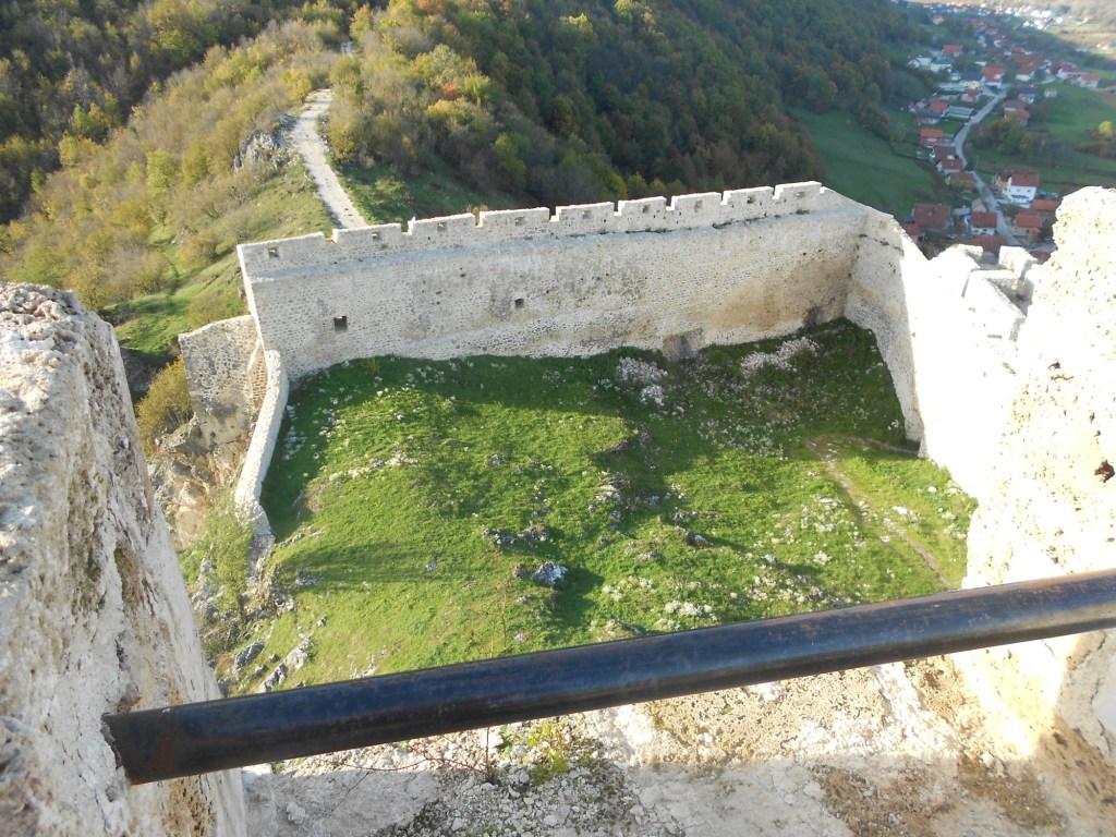 Внутренний двор крепости. Фото: Елена Арсениевич, CC BY-SA 3.0