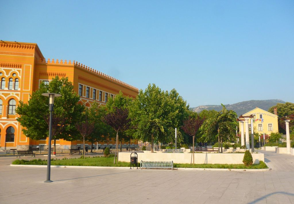 Площадь Испании, пешеходная улица Николы Шубича Зринского, гимназия. Фото: Елена Арсениевич, CC BY-SA 3.0