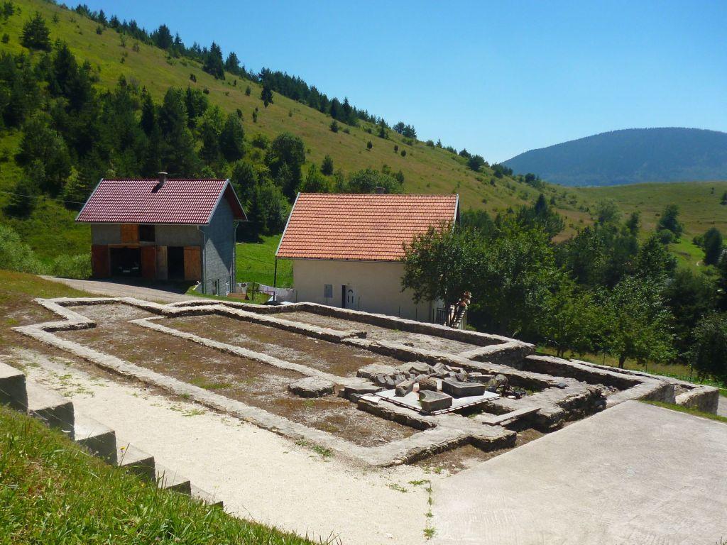 Остатки церквей в Отиновцах. Фото: Елена Арсениевич, CC BY-SA 3.0
