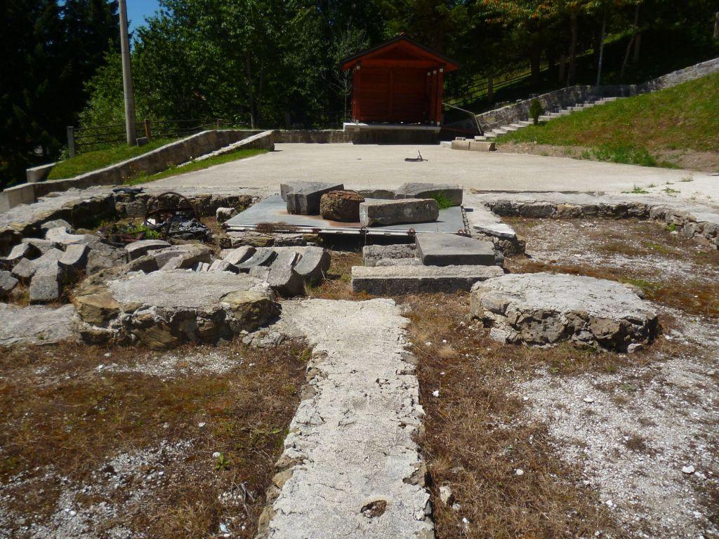 Законсервированные остатки церквей. Фото: Елена Арсениевич, CC BY-SA 3.0
