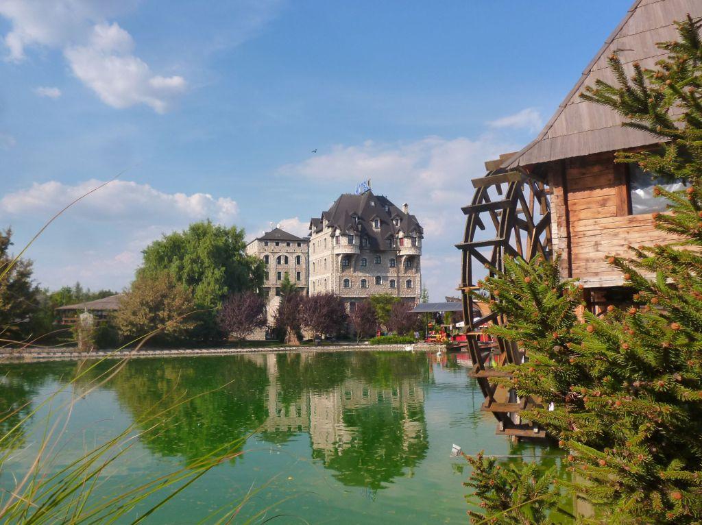 Отель, мельница, озеро. Фото: Елена Арсениевич, CC BY-SA 3.0